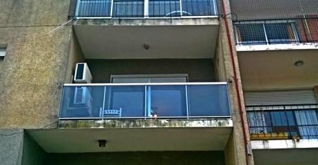 Imagen de Barandas en aluminio gris y vidrio templado tono humo en Montevideo