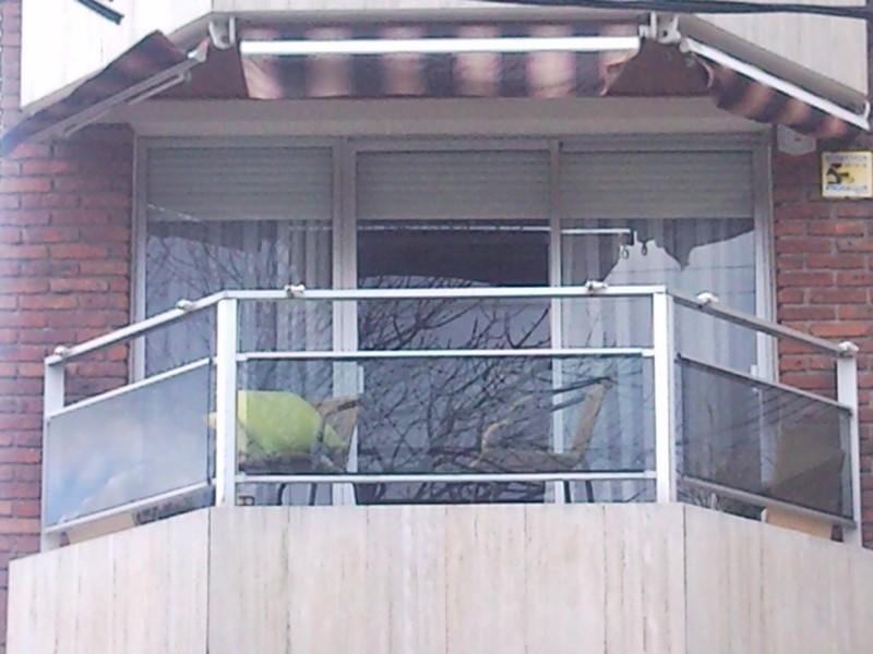 Barandas de aluminio para terrazas materiales de for Tapar barandilla balcon