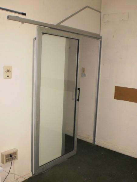 Arquitectura aluminio puertas puerta colgada con for Puerta corrediza de aluminio