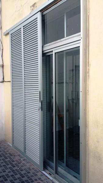 Arquitectura aluminio postigones integrado con ventana en aluminio marr n - Ventana con persiana integrada ...