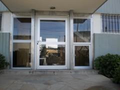 Imagen de Puerta de acceso a edificio en Cerramientos