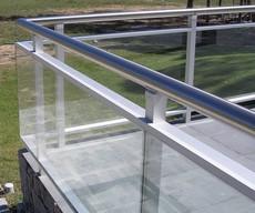 Baranda de aluminio con cristal
