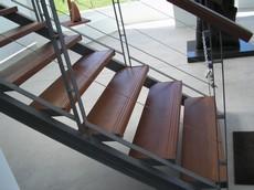 Escalera de metal y madera de lapacho